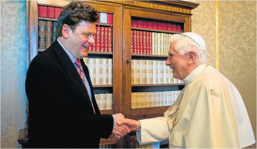 Benedict XVI with his biographer Peter Seewald (Afp)