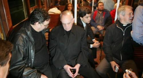 Jorge Mario Bergoglio il nuovo papa ritratto in metro'