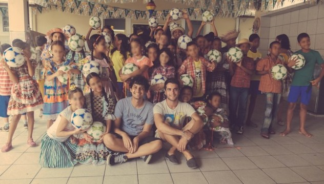 Bambini brasiliani con i palloni di cuoio