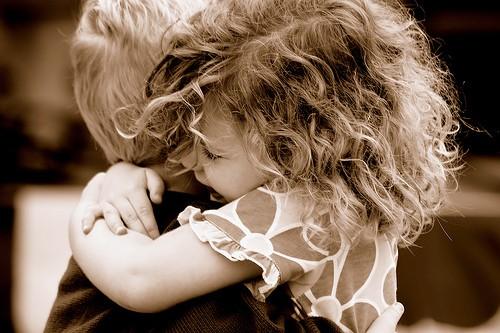 Bacio tra bambini