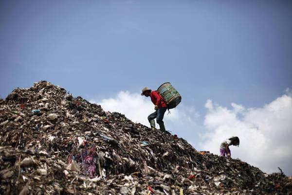 Scavengers at Bantargebang Garbage Dump