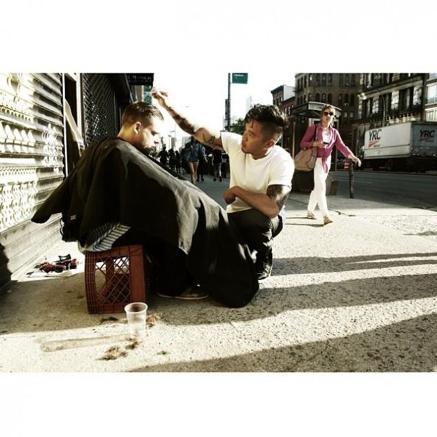 Mark Bustos, hair-stylist che taglia i capelli ai senza tetto