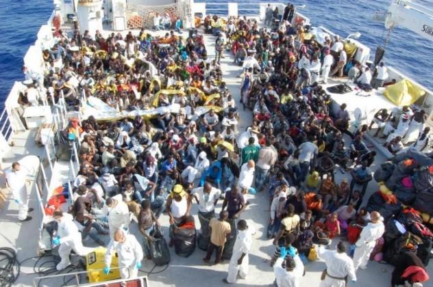 Immigrazione: migranti a bordo nave militare