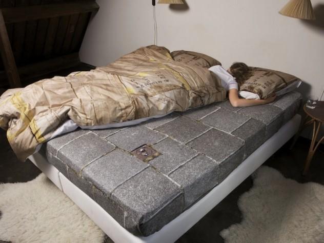 Il materasso che ti fa dormire come un clochard per beneficenza