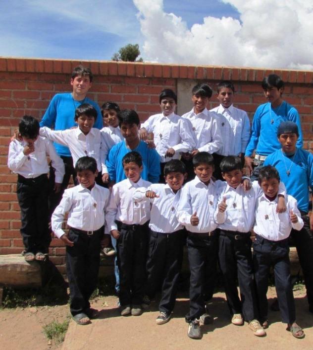 Ultima foto di Carlo in Bolivia con i ragazzi
