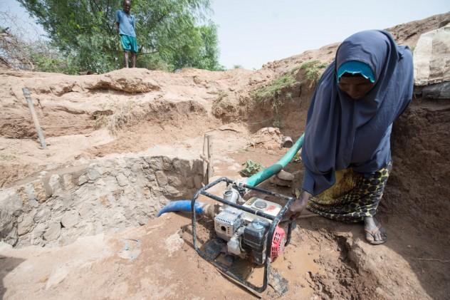 Estrazione d'acqua dal sottosuolo - Etiopia - Foto di Poon Wai Nang.