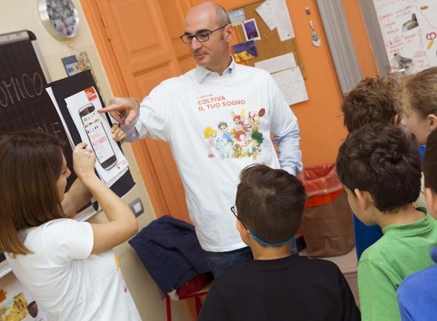 Damiano Castelli Head of Retail Banking di ING Direct tiene una lezione in una scuola primaria