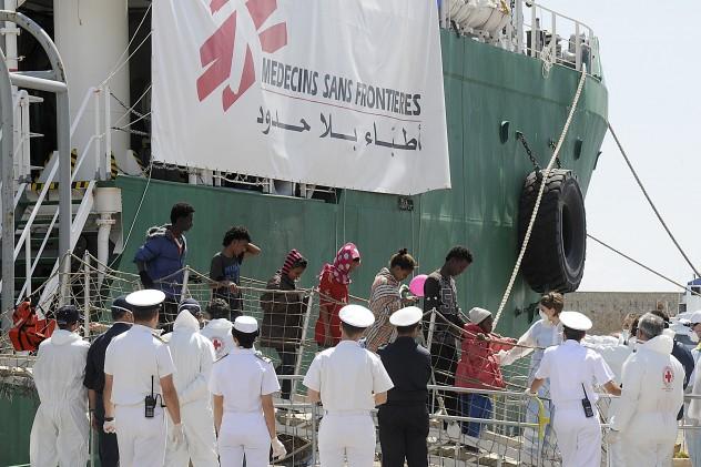Sbarco 738 migranti da nave Medici Senza Frontiere