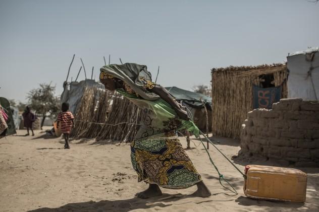 Yagana Abagana, tien 17 años y huyó junto con sus hermanos del pueblo de Damasak, desconoce donde estan sus padres, dejó el pueblo jnot a otras personas recorriendo el deseirto durante dos dias para llegar a la frontera de Niger.