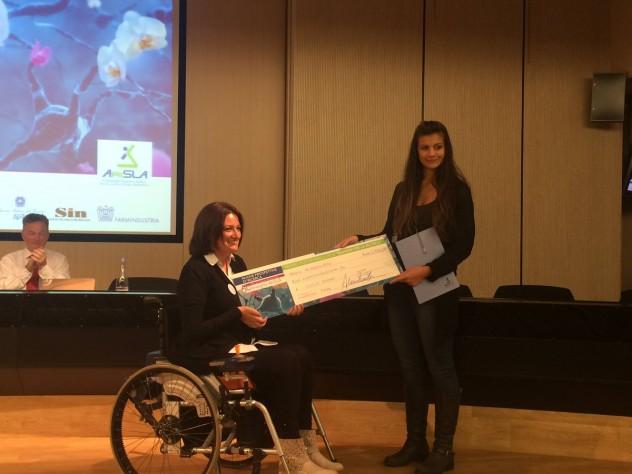 Vincitore Premio Poster_Giulia Romano con Vice Presidente AriSLA Silvia Codispoti