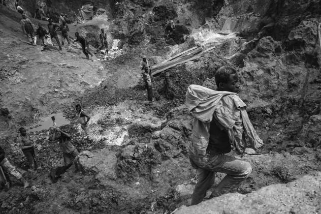 Miners in Luwowo Coltan mine.