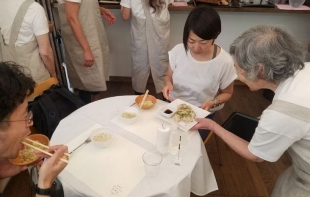 waiters-dementia-restaurant-of-order-mistakes-tokyo-7-1-768x487 (1)