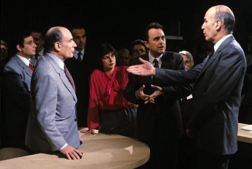 Serge Moati, il primo a sinistra, accanto a François Mitterrand dietro le quinte del dibattito tv con Valéry Giscard d'Estaing, il 5 maggio 1981