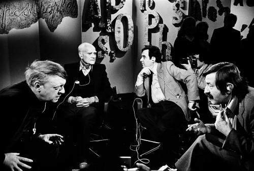 Da sinistra: Anthony Burgess, Alberto Moravia, Bernard Pivot e Günter Grass durante una puntata di Apostrophes, il 30 marzo 1979