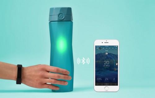 Hidrate Spark 2.0 Quando è il momento di bere, si illumina con delicatezza. Si connette al telefono per integrarsi con le app per il fitness e valutare di quanti liquidi abbiamo bisogno. Online a circa 40 euro.