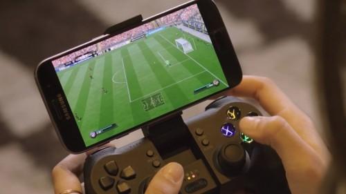 Fifa19 giocato in streaming su uno smartphone montato su un joypad Xbox
