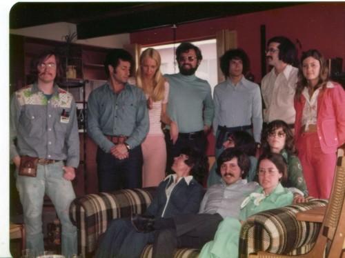Il gruppo della Ucla che aprì il primo dialogo tra computer. In piedi, secondo da sinistra, Leonard Kleinrock. Seduto al centro c'è invece Charlie Kline