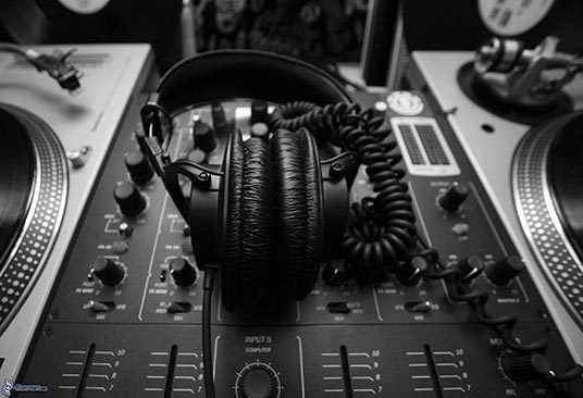 headphones-dj-console-black-and-white-photo-199960