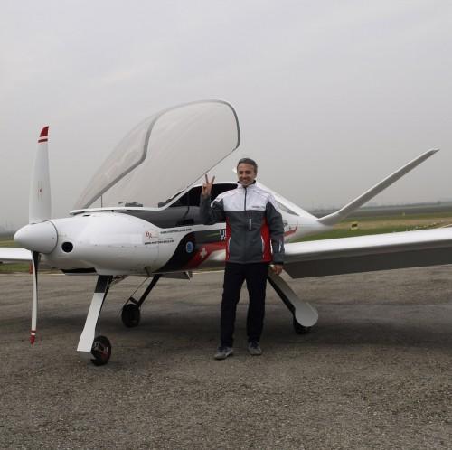 (Alberto Porto accanto a uno dei velivoli certificati FAI)