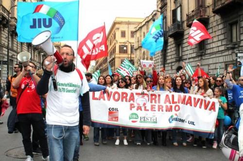 (Una immagine di una protesta del 2016 a Palermo dei lavoratori Almaviva - fonte: radioondadurto.org)
