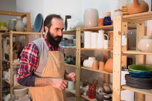 (Luca Pedone, ceramista, le suo laboratorio a Bergamo)