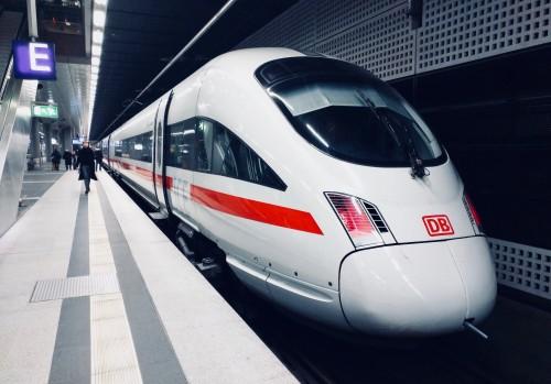 (Un treno veloce a Berlino - foto di Daniel Abadia via Unsplash