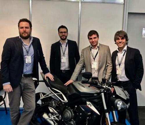 Da sin.: Michele Bergonzi, Pietro Fantoni, Arturo Sansom (di Triumph Motorcycles) e Elio Dalprato