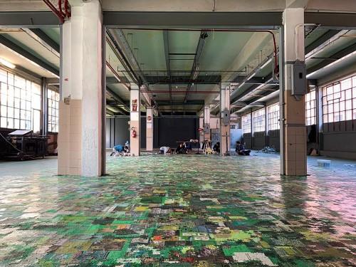 Babel - puzzle di copertine di libri - dimensioni ambientali - 2019 - veduta dell installazione permanente ad Assab One - Milano