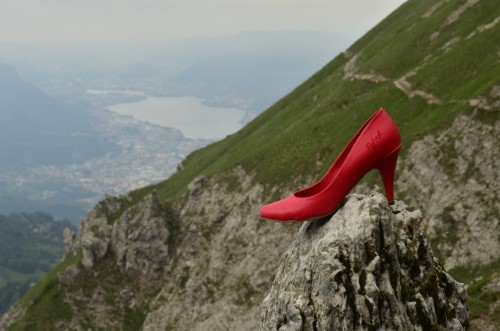 COVER La scarpa rossa che calca libera la montagna, simbolo di 'Libereinvetta' autore 'Progettoliberinvetta'