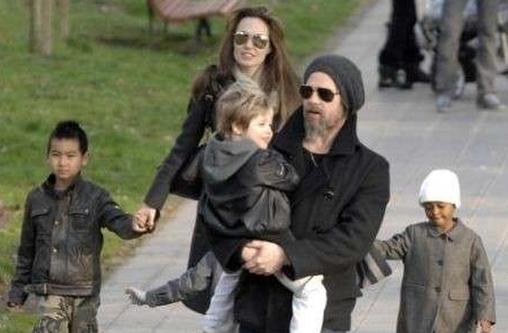 Foto di famiglia con tre figli per Angelina Jolie (41 anni) e Brad Pitt (52)