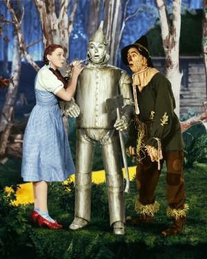 Da sinistra Judy Garland (Dorothy Gale), Jack Haley (l'Uomo di Latta) e Ray Bolger (lo Spaventapasseri) ne Il mago di Oz (1939) di Victor Fleming