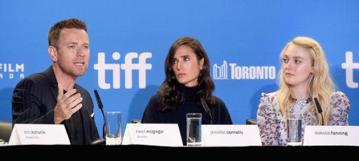 Da sinistra Ewan McGregor (45 anni), Jennifer Connelly (45) e Dakota Fanning (22), protagonisti di American Pastoral (2016), diretto dallo stesso McGregor, in conferenza stampa al recente Toronto International Film Festival