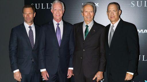 Da sinistra Aaron Eckhart (48 anni), il vero comandante Chesley Sullenberger (65), Clint Eastwood (86) e Tom Hanks (60) alla prima americana del film