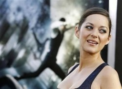 "Cast member Marion Cotillard poses at the premiere of ""Inception"" at the Grauman's Chinese theatre in Hollywood, California July 13, 2010. The movie opens in the U.S. on July 16. REUTERS/Mario Anzuoni"