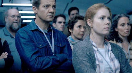 Jeremy Renner (46 anni) e Amy Adams (42) in una scena di Arrival (2016) di Denis Villeneuve