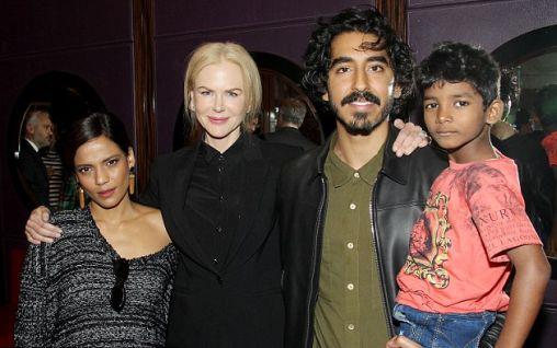 Il piccolo Sunny Pawar (8 anni) con i suoi compagni di cast in Lion (2016) di Garth Davis: da destra Dev Patel (26), Nicole Kidman (49) e Priyanka Bose