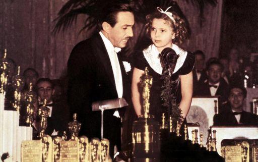 La storica immagine della consegna dell'Oscar a Walt Disney per Biancaneve e i sette nani da parte di Shirley Temple nel 1939