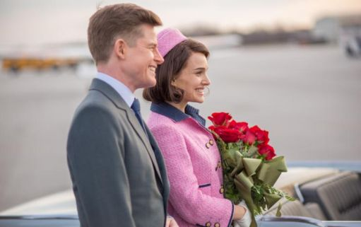 Caspar Phillipson-John Fitzgerald Kennedy e Natalie Portman-Jackie Kennedy al loro arrivo a Dallas nell'ultimo tragico viaggio del presidente Usa