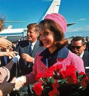 Jacqueline Lee Bouvier Kennedy e sullo sfondo il presidente John Fitzgerald Kennedy al loro arrivo a Dallas nel tragico 22 novembre 1963