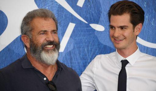 Mel Gibson (61 anni), regista de La battaglia di Hacksaw Ridge (2016) con il protagonista Andrew Garfield (33)