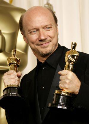 Il regista e sceneggiatore canadese Paul Haggis (64 anni) con i due Oscar vinti nel 2006 per Crash - Contatto fisico (2004)