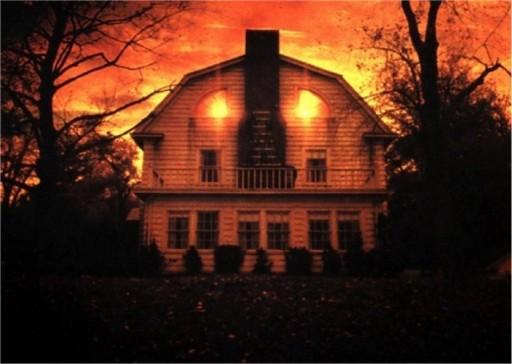 La casa maledetta in Amityville Horror (1979) di Stuart Rosenberg, film capostipite della saga con James Brolin, Margot Kidder e Rod Steiger
