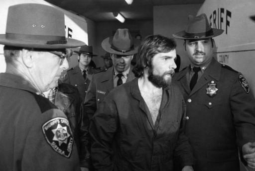 Il momento dell'arresto di Ronald DeFeo Jr. detto Butch, il 14 novembre 1974: il 23enne sterminò gli altri sei membri della sua famiglia nella casa di 112 Ocean Avenue a Amityville