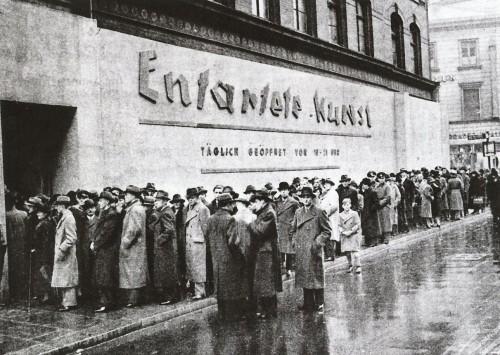"""19 luglio 1937 quando a Monaco inaugurò la mostra Entartete Kunst (Arte degenerata), voluta dal regime nazista per mettere alla berlina l'arte contemporanea d'avanguardia, considerata un esempio di decadimento estetico e culturale. L'esposizione, che comprendeva 650 opere di 120 artisti accompagnate da didascalie dal tono canzonatorio, era costellata di nomi eccellenti, perlopiù legati alla corrente espressionista: Max Beckmann, Otto Dix, Wassily Kandinsky, Paul Klee, Käthe Kollowitz, Ernst Ludwig Kirchner, Emil Nolde, Edward Munch e molti altri. Senza dimenticare, naturalmente, l'artista """"degenerato"""" per eccellenza: lo spagnolo Pablo Picasso."""