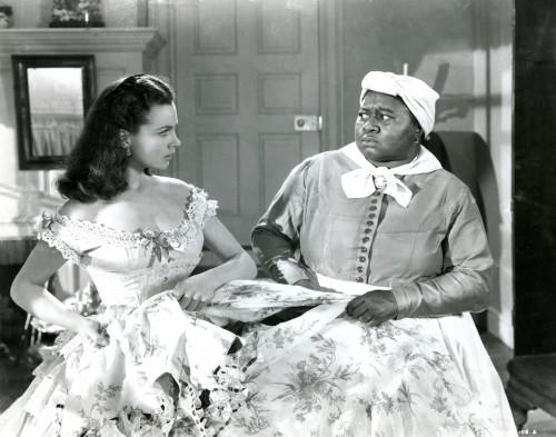 """Hattie McDaniel È l'attrice che interpreta Mami in """"Via col vento"""" ed è stata la prima persona afro-americana a vincere un Oscar (quello per la Miglior attrice non portagonista) nel 1940. Durante la cerimonia dovette sedersi in un'altra parte della sala. Nel 1940 """"Via col vento"""" vinse otto Oscar, più un premio speciale e un premio alla memoria."""