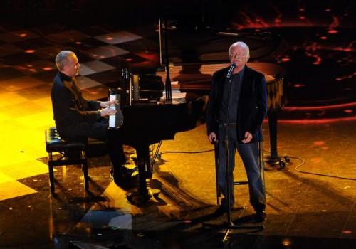 Gino Paoli con Danilo Rea durante la quarta serata del Festival di Sanremo, sul palco del Teatro Ariston 21 febbraio 2014. ANSA/ETTORE FERRARI