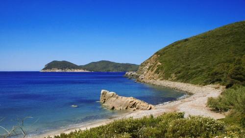 2560px-Spiaggia_di_Fonza_(isola_d'Elba)