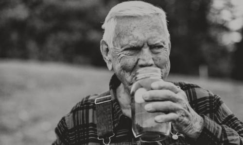 Junior Johnson beve dal barattolo