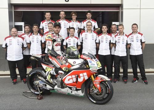 Lucio Cecchinello (dietro il casco) ed il suo team (Foto Milagro)