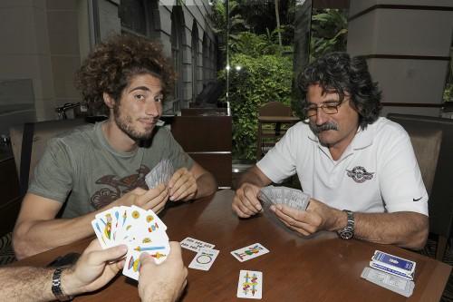 Marco Simoncelli gioca a carte con il padre Paolo (Milagro)